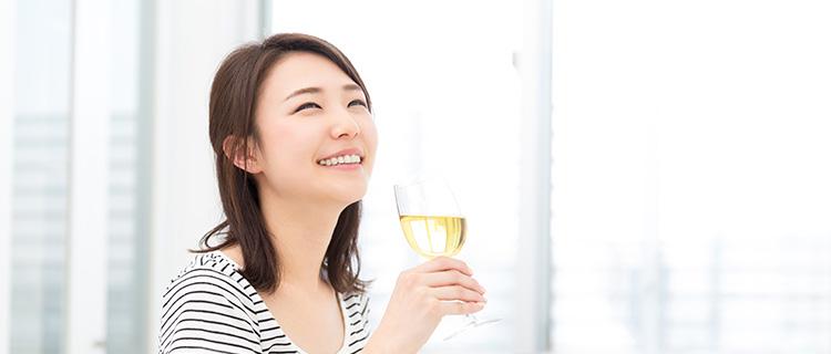 お酒を飲もうとしている女性