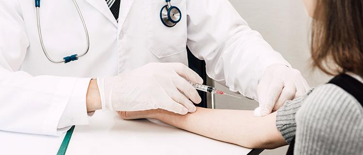 予防接種を受けている女性
