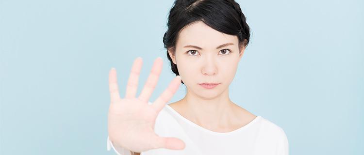 手を前に出す女性