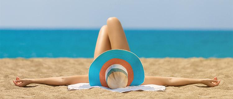 砂浜で横になる女性