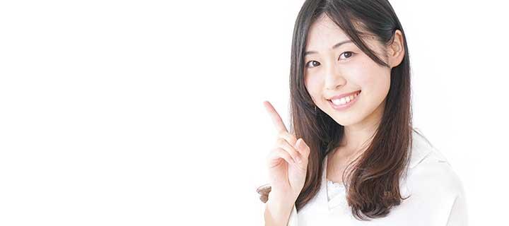 人差し指を立てている女性