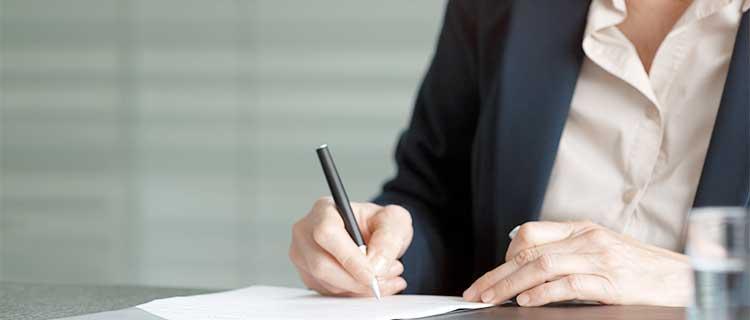 書面にサインをする画像