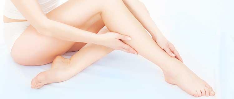 足をさわる女性