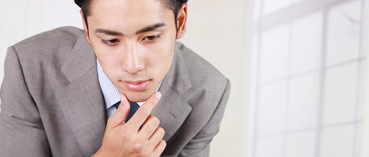 鼻脱もの確認をする男性