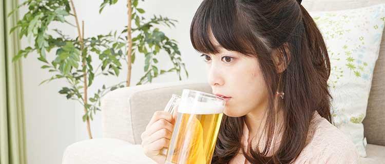 お酒飲む女性