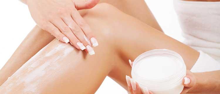 除毛クリームを使用する女性