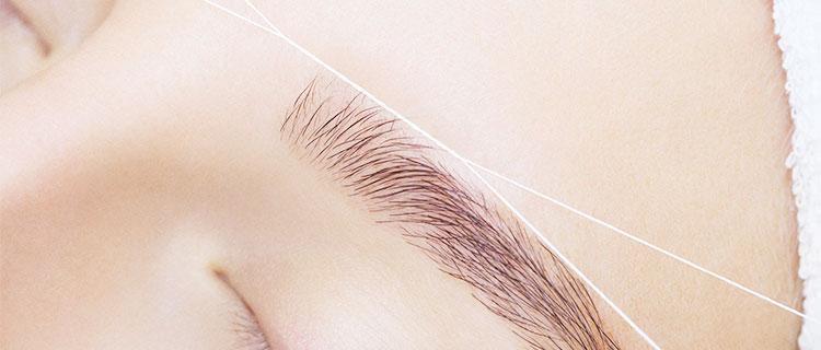 糸脱毛の施術を受けている女性