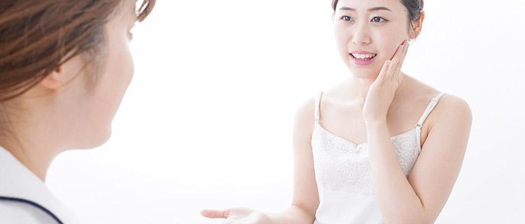 Vライン脱毛のカウンセリングをしている女性