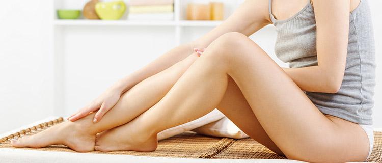 ダイオードレーザー脱毛でツルスベになった肌を見せる女性