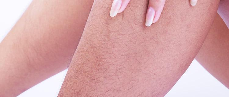 脚のムダ毛が気になる女性