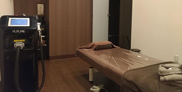 施術ベッドと機械