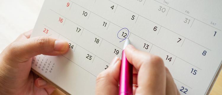 脱毛サロンに通う日をカレンダーに書いている女性