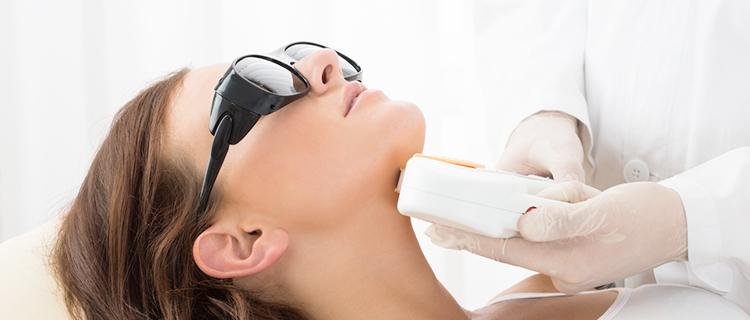 あごの施術を受けている女性