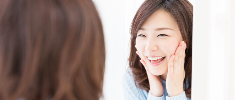 ほほ笑んでいる女性