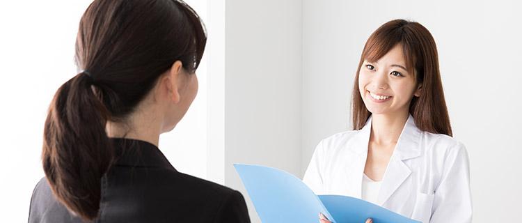 診察を受けている女性のイメージ