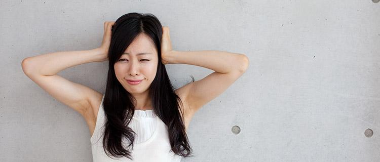 耳をふさぐ女性のイメージ